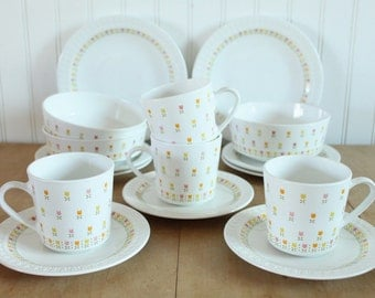 Vintage 1970's Centura by Corning April Tulip Dinnerware 16 Piece Set