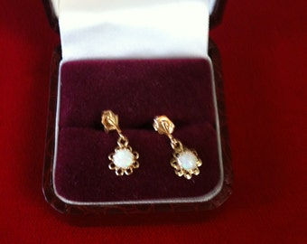 14 K Yellow Gold Earrings With Beautiful Opal. 0.9 gm.