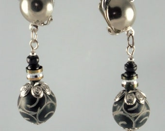Short stones earrings with wood and rhinestones: black jade carved ethnic grounds and silver details - An 123 Pierres jewel