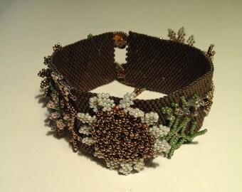 Beaded bracelet, peyote technic, adorned with flowers.
