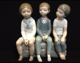 FREE SHIPPING-Darling-Mint-Vintage-Lladro-#4980-3 Boys Sitting-Hand Made In Spain-Sculptor Francisco Catala