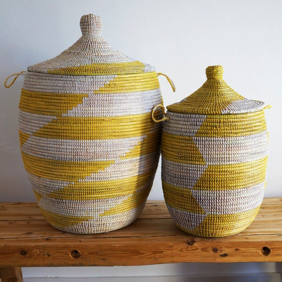 panier africain fait main blanc jaune taille moyenne. Black Bedroom Furniture Sets. Home Design Ideas