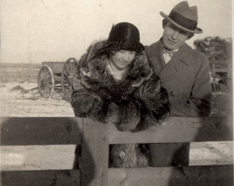 Vintage Snapshot photo Flapper COuple Lean Over the Fence 1929 Her detailed hat