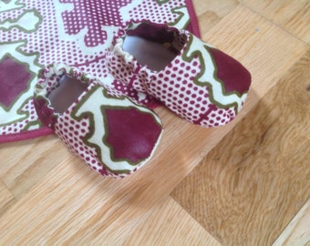 African print baby's booties crib shoes and Bib gift baby shower set