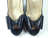 Vintage Navy Snake Skin Pumps / Stuart Weitzman for Sakowitz / Peep Toe with Bow / size 7.5