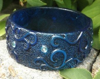 Vintage 1960s Large Blue Braclet Indigo Rhinestone Lucite Bangle