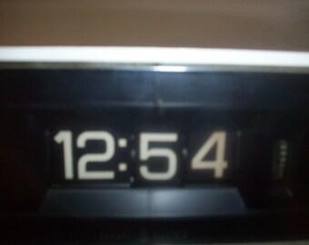 retro 80s GE Flip Alarm Clock. Off-White. Model 8125A Tested