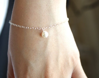 Single Pearl Bracelet in Silver , Cute Cream Swarovski pearl hang from a Sterling Silver chain , Simple jewelry, everyday wear, perfect gift