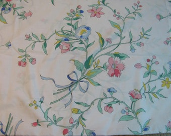 Wamsutta Ultracale Standard Pillowcase - Floral Bouquets and Ribbons Motif