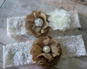 Rustic country garter set. Burlap wedding garter natural and ivory, bridal garter set. Fabric flower bridal garter Shabby chic vintage style