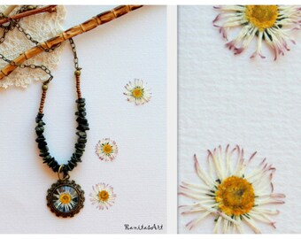 Necklace with cabochon pressed flower daisy