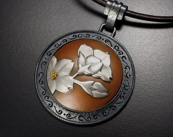 Flower design round pendant of silver and copper
