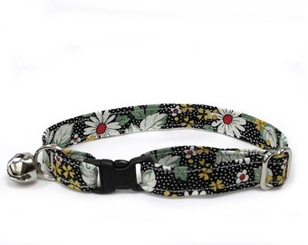 Red-Eyed Daisies adjustable breakaway cat collar