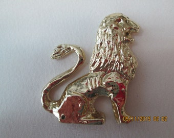 Lion brooch gold toned