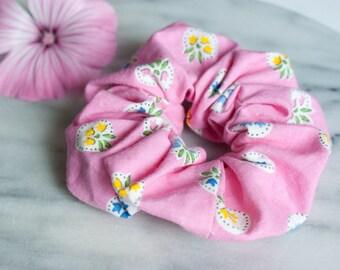 Haar Scrunchie - haar accessoire - roze Scrunchie - handgemaakte Scrunchy - bloemen - katoen Scrunchie - paardenstaart houder