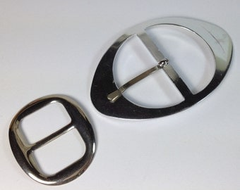 1 buckle in silver-plated metal. 95 mm X 60 mm.