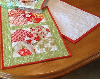 Quilted Twirling Flower Table Runner