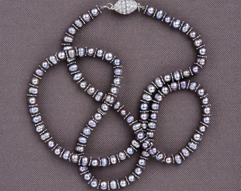 Pearl necklace in silvery gray baroque: