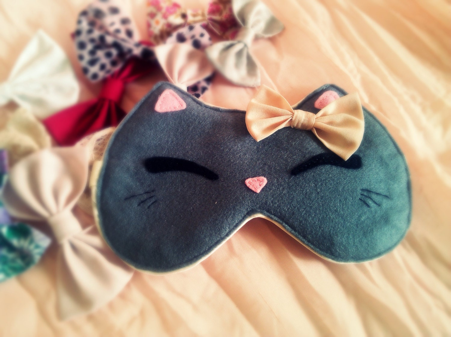 A side-sleeping sleep mask works well for people who prefer to sleep on their side. The fact is, a classic mask may be difficult to keep in place all night if you tend to roll onto your side. The fact is, a classic mask may be difficult to keep in place all night if you tend to roll onto your side.
