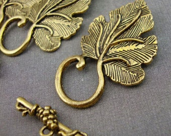 A7 - 5 Antique Gold Leaf Toggle Clasps Kitsch Vintage