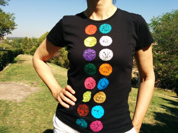 Shirt buttons. Women's fitted cut, short-sleeved and organic cotton t-shirt