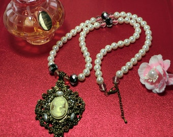 Shell pearl necklace with cameo