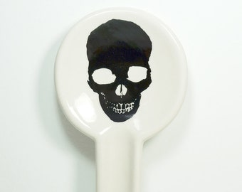 spoon rest in natural with a pitch black skull silhouette on it, pick your colour / pick your print