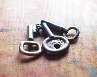 Tiny Antique Key Trio - Little Fatty Tea Caddy Keys - Padlock Keys