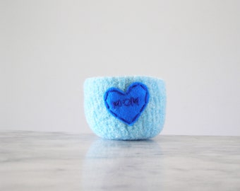 "felted ring bowl - aqua wool with blue heart and ""MOM"" embroidery in dark blue - Gifts for mom  - ready to ship"
