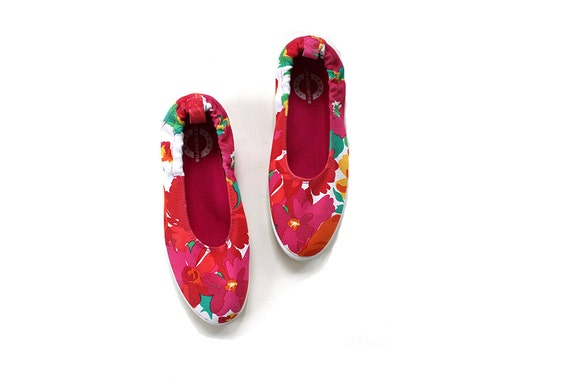 SALE Vintage Tennis Shoes Size 6.5 / Floral Print Sneakers / Canvas Slip ons
