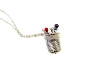 Long necklace with pendant thimble and colored pins, mod. Soffici