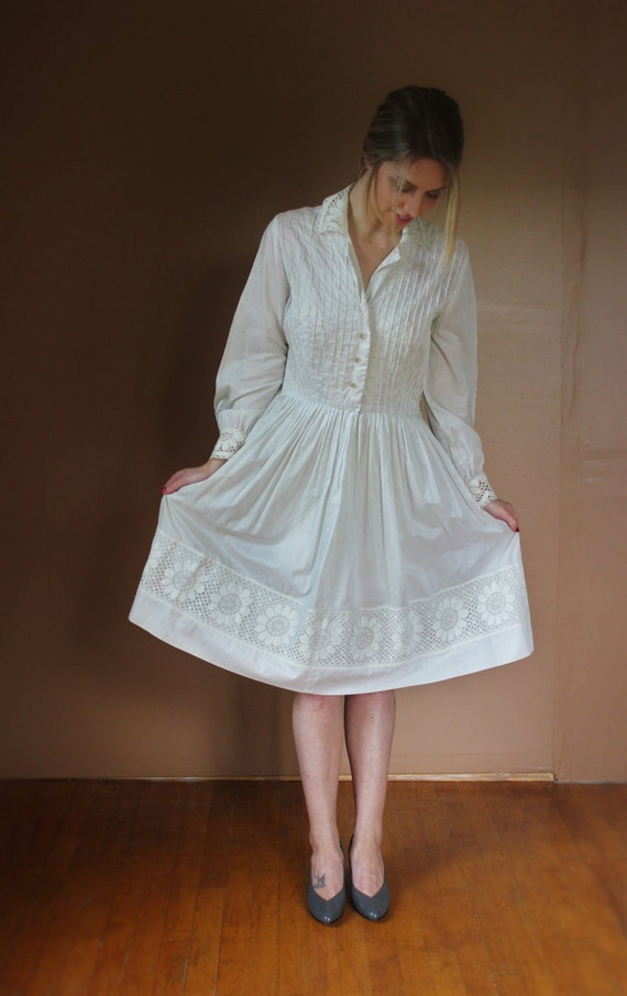 Vintage white cotton and lace dress simple 1950 39 s for Simple cotton wedding dress
