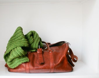 Levi. Knitted woollen scarf in olive green.