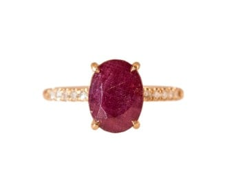 Oval Ruby Ring in 14kt Yellow Gold with diamonds