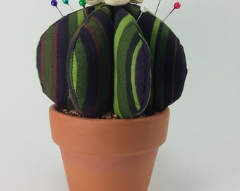 Cactus Redondo de Tela en Maceta de Arcilla. Alfiletero Decorativo. // Fabric Cactus in Terracotta Plant Pot. Home Decoration. Pincushion.