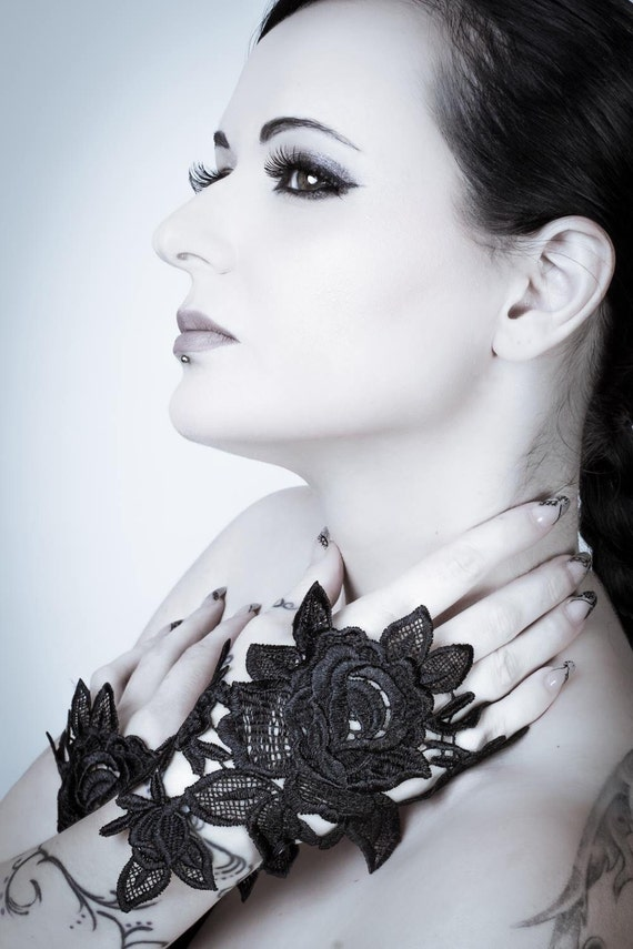 Black Rose fingerless glove / Venise lace / Tribal Fusion / Hand jewelry - one glove / Gothic fashion / Lace glove / Wiccan / Wedding