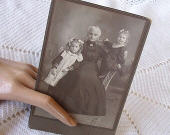 1800s Antique Cabinet Card . H.H. Lubeck . South Dakota . Grandmother & Grandchildren Portrait . Girls . Granddaughter . Family Portrait