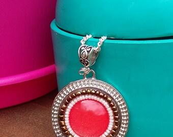 Sautoir style hippie chic en perles de rocailles et cabochon corail en verre