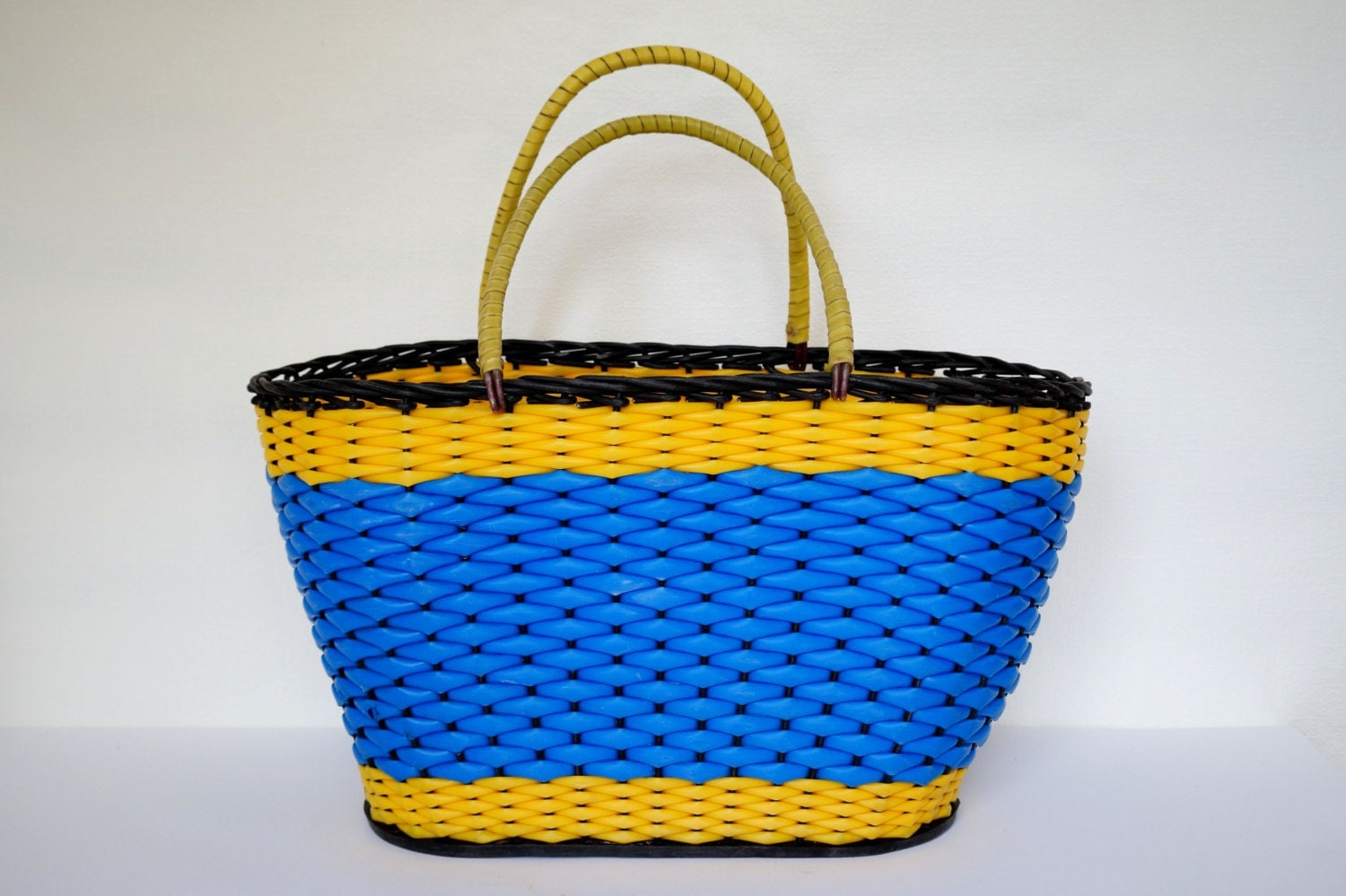 vintage plastic wicker basket 70 39 s woven handle basket. Black Bedroom Furniture Sets. Home Design Ideas
