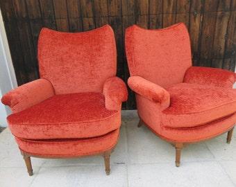 Paire de bras moderne du milieu du siècle chaises cadre en bois et embouts en laiton sur pieds