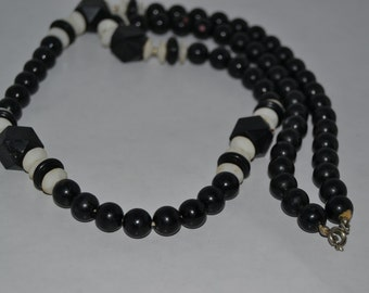 BLACK and WHITE Plastic Bead NECKLACE, Vintage Black and White Necklace