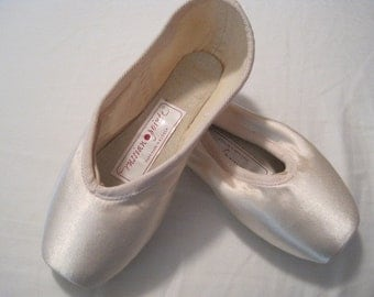 Ballet Pointe Shoe for Crafts and Decoration, New, Size Small SINGLE SHOE