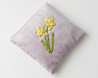 Daffodils lavender sachet, embroidered sachet, silk ribbon daffodil, March birthday gift, yellow spring flowers, scented sachet, silk sachet