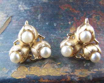 Vintage Jewelry Trifari Cultured Pearls Clip Earrings Wedding Style Textured Gold Plate 1960s Fashion Jewelry Classic Gold and Pearl