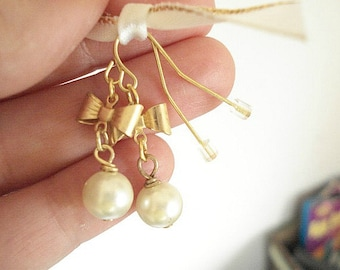 Pearl Bow Earrings Bridesmaid Earrings Gold Bow Pearl Earrings Wedding Jewelry Gold Pearl Earrings Vintage Style Earrings Gold Brass Bows