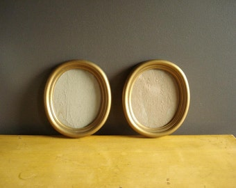 Sweet Oval Frames - Pair of Vintage Picture Frames