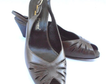 Vintage Brown Peep Toe Shoes Low Wooden Heels Evan Picone Sepia Leather Leaf Cut Out Perforated Ladies Italian Womens US. Size 9.5 Narrow