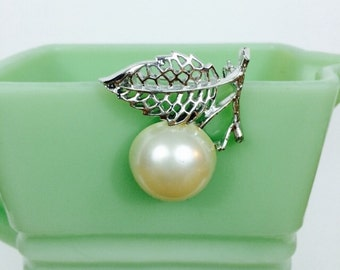 Nature's Pearl // 70s Sarah Coventry Brooch