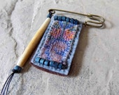 Bleu médaillon - broche/Pin/Wearable Art/rustique mixte Textile