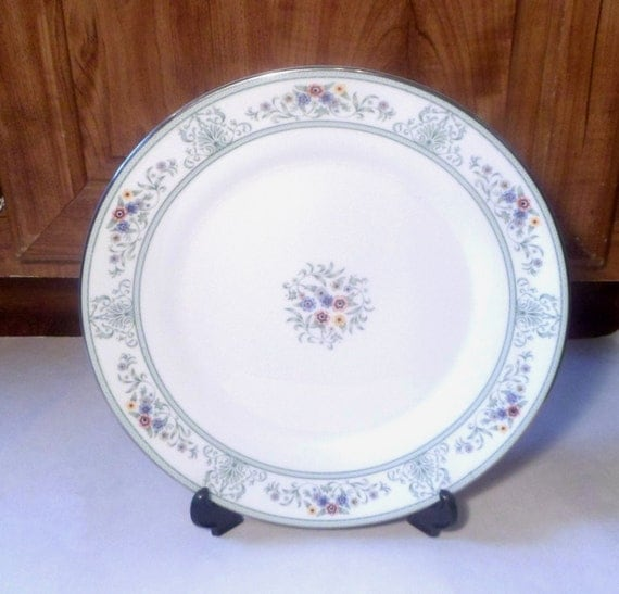 Wedgewood Agincourt, 1970's china, dinner plate, Bone china, silver rimmed china, green flowers, matching set, vintage china